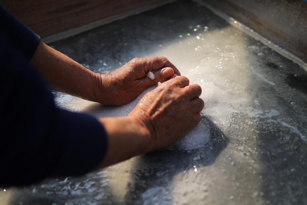 天日手揉み塩を作る黒潮町の「海工房」