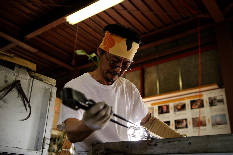 海辺のガラス工房 kiroroan(キロロアン)植木栄造|ガラスの美しさを引き立たせるモノ作り