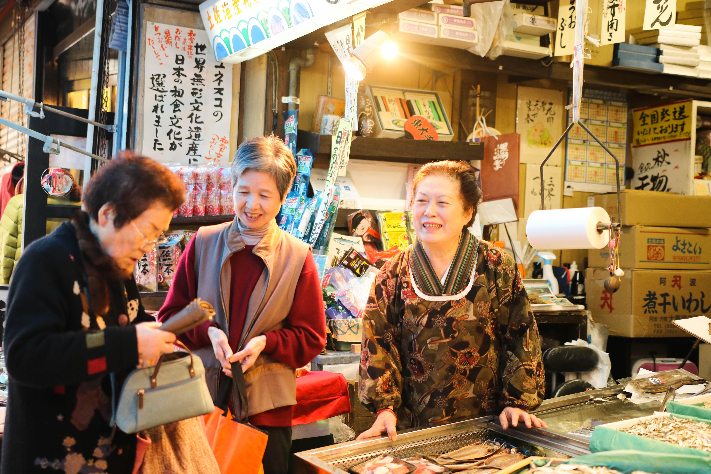 【魚の棚商店街】70年以上続く「岡本海産物店」女将・西村さんを訪ねて