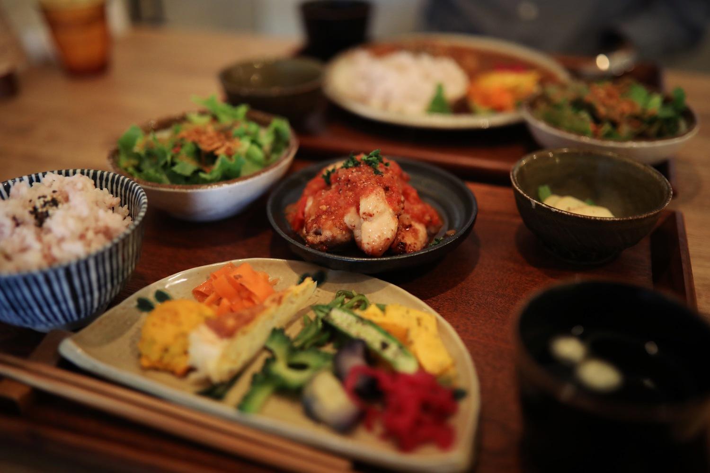 藁屋(ワラヤ)|高知市「沢田マンション」1Fの創作料理カフェ